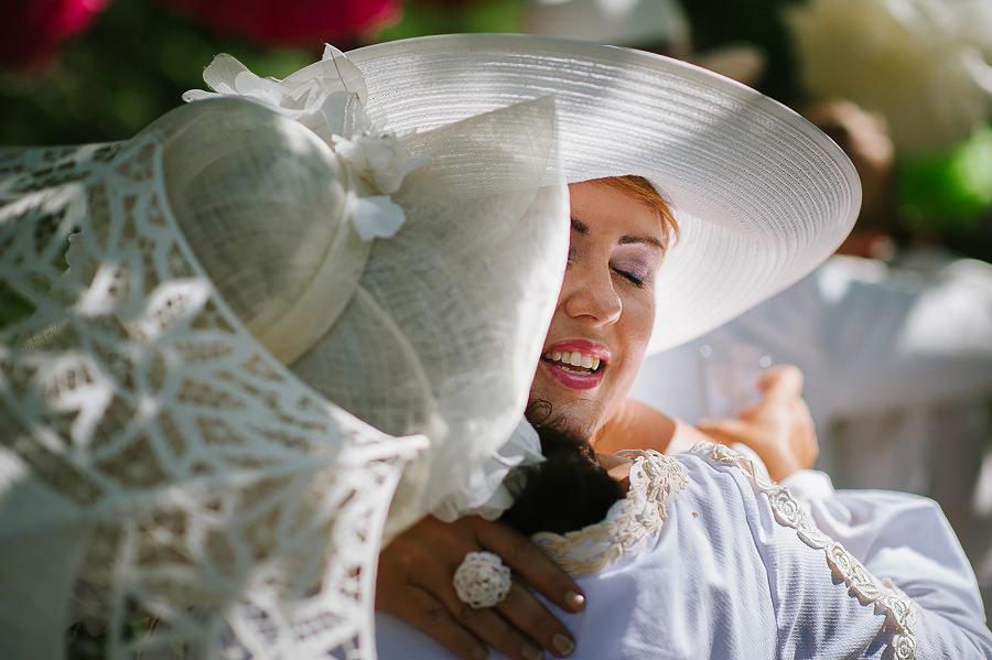 vintageinspirerat bröllop i trädgård - gästerna gratulerar brudparet