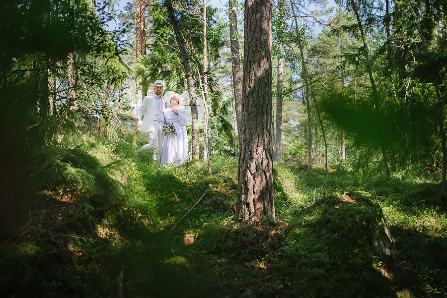 Augustibröllop i naturen - porträtt i skogen