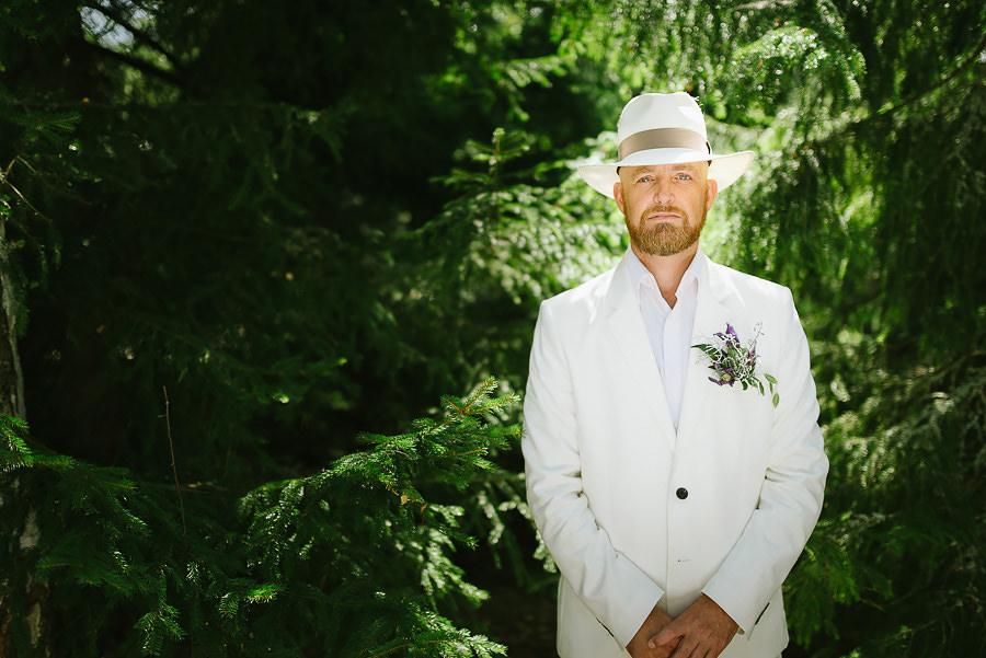 stugbröllop i skogen porträtt av brudgummen