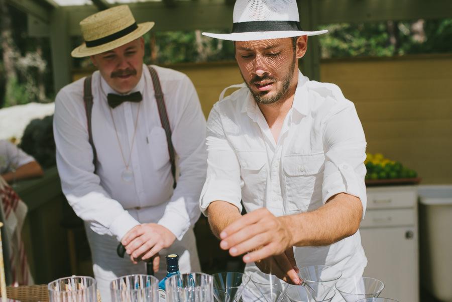 utomhusbröllop med öppen bar - bartender, vita kläder