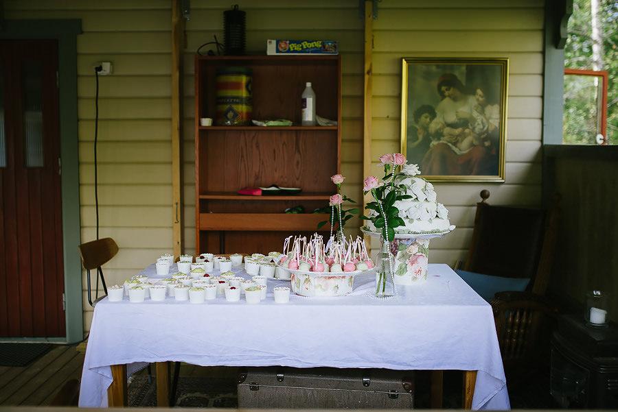 DIY cupcakes och tårta på utomhusbröllop