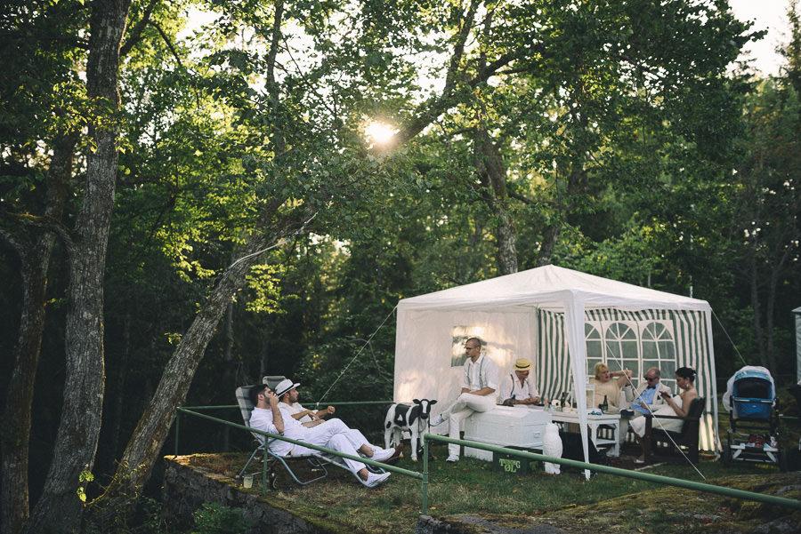 chillar på solstolar på utomhusbröllop i skogen