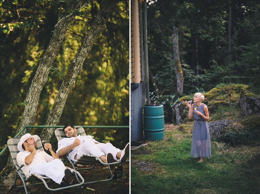 chillar på solstolar och blåser såpbubblor på utomhusbröllop i skogen