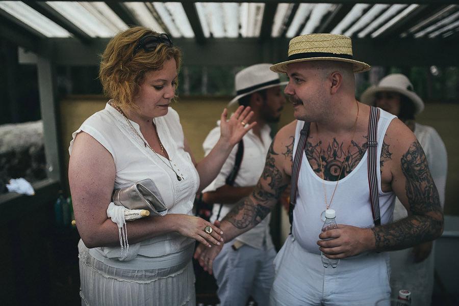 blandar drinkar i baren på utomhusbröllop