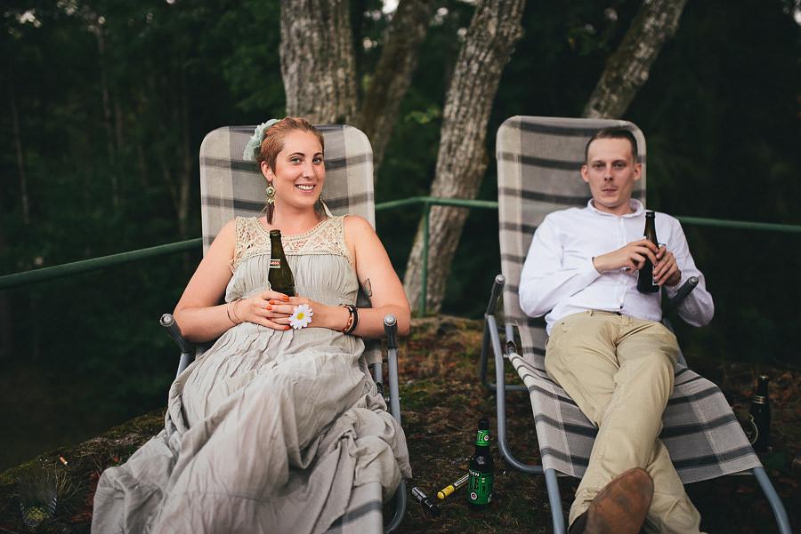 dricker öl på utomhusbröllop