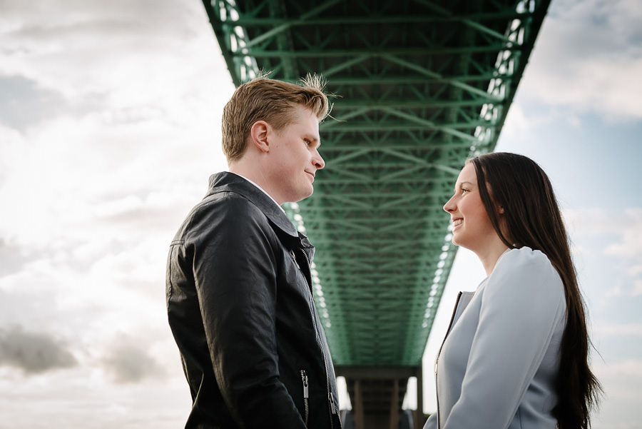 Pre Wedding Shoot vid Röda Sten, Klippan, Göteborg - Porträtt under Älvsborgsbron