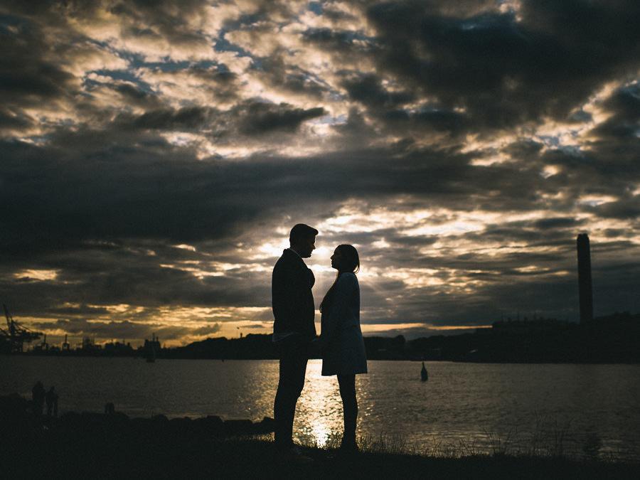 fotografering vid Röda Sten - solnedgång över hamninloppet och brudparet i siluett