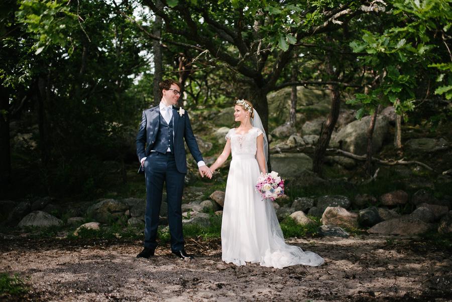Säröbröllop med porträtt i Särö Västerskogs naturreservat. Brudparet på stranden