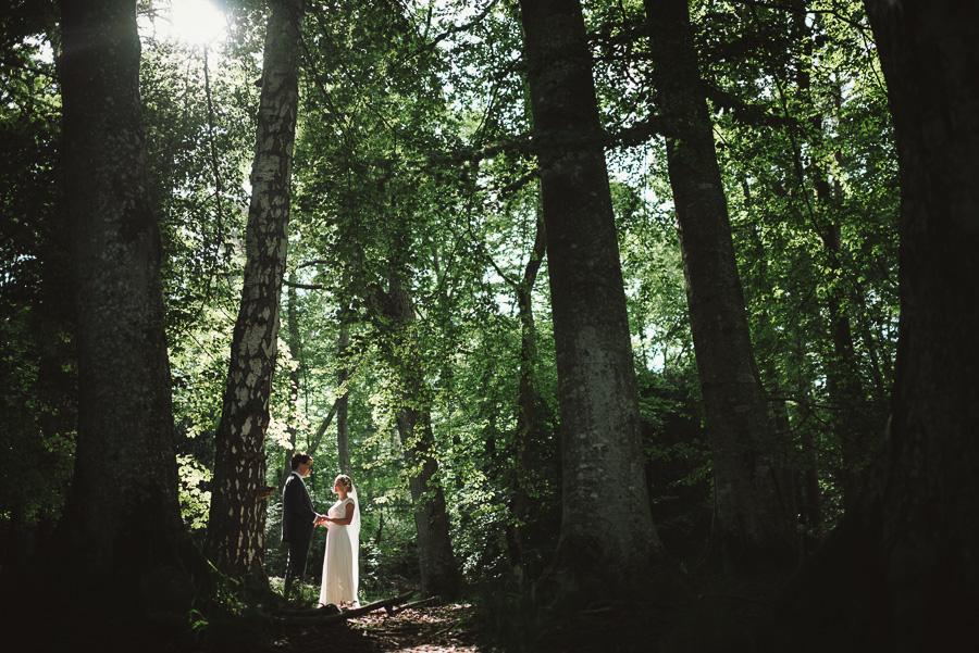 Säröbröllop med porträtt i Särö Västerskogs naturreservat. Brudparet under träden