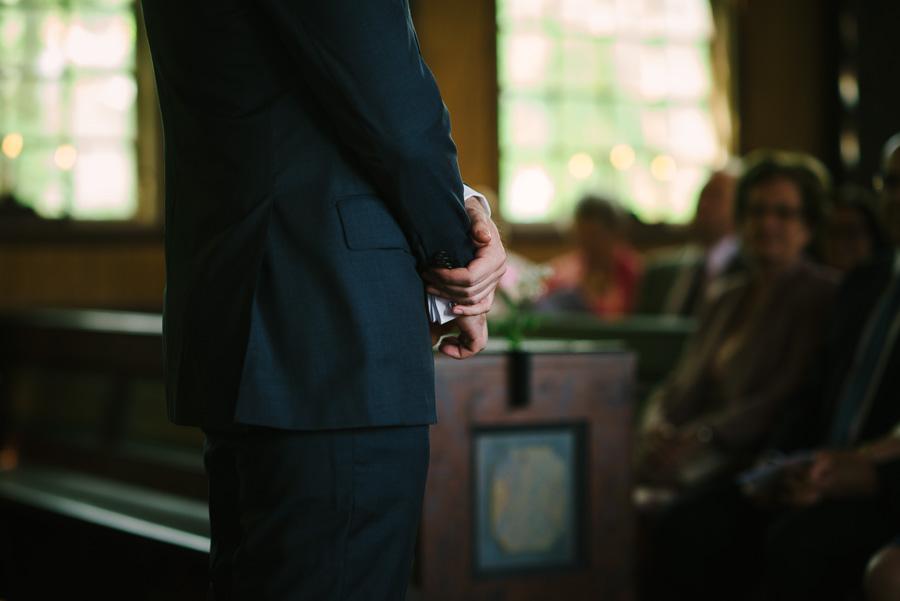 bröllop  i Särö Kyrka - sommarbröllop, brudgummen väntar på bruden