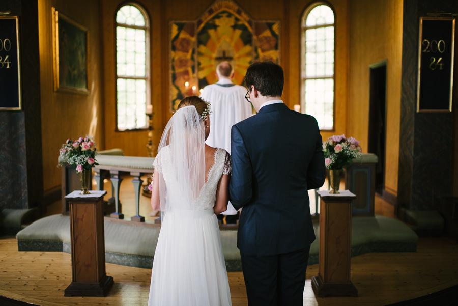 brudparet i Särö Kyrka på Västkusten utanför Göteborg