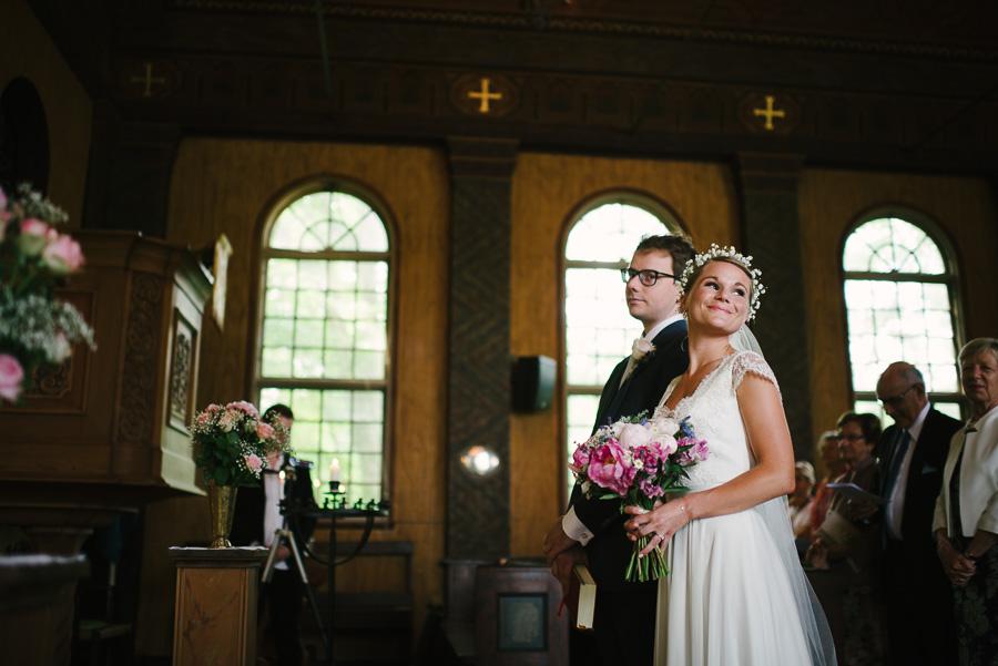 brudparet i Särö Kyrka på Västkusten utanför Göteborg - tittar på brudens mor