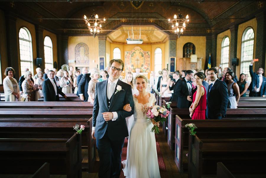 Brudpar, utgång vid kyrklig vigsel i Särö Kyrka. Julibröllop