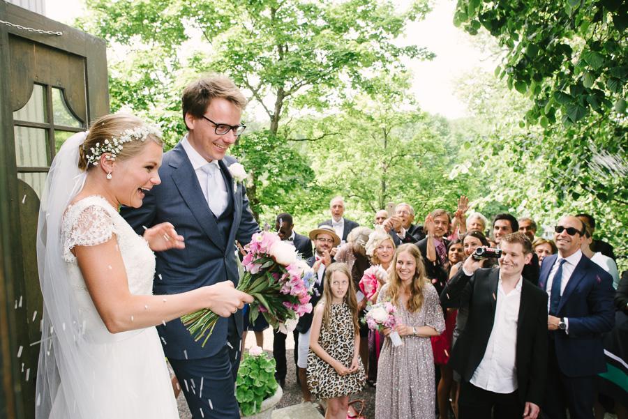 Gratulationer utanför Särö Kyrka. Brudparet på trappan med riskastning