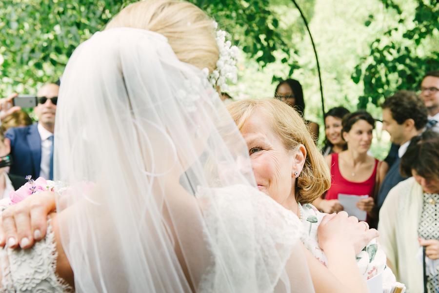 Gratulationer utanför Särö Kyrka. Brudparet på trappan med kram från brudens mor