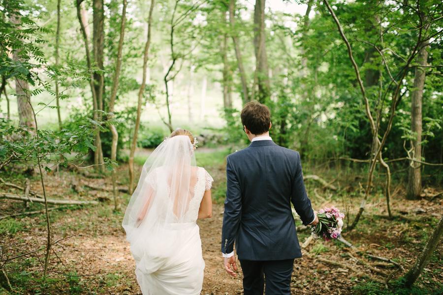 Sommarbröllop i juli. Särö Västerskog naturreservat. Brudparet promenerar
