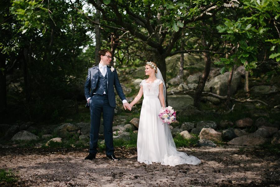 Julibröllop i naturreservat i Särö. Brudparet på sandstrand.
