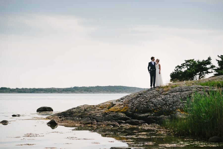 bröllopsfotograf Särö. Brudparet vid vattnet.