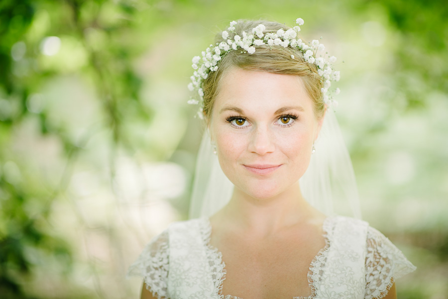 Bröllop i naturen. porträtt av bruden i skogen, Särö Västerskog