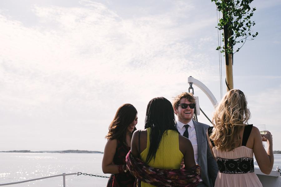 bröllopsgäster på båt vid bröllop i Särö