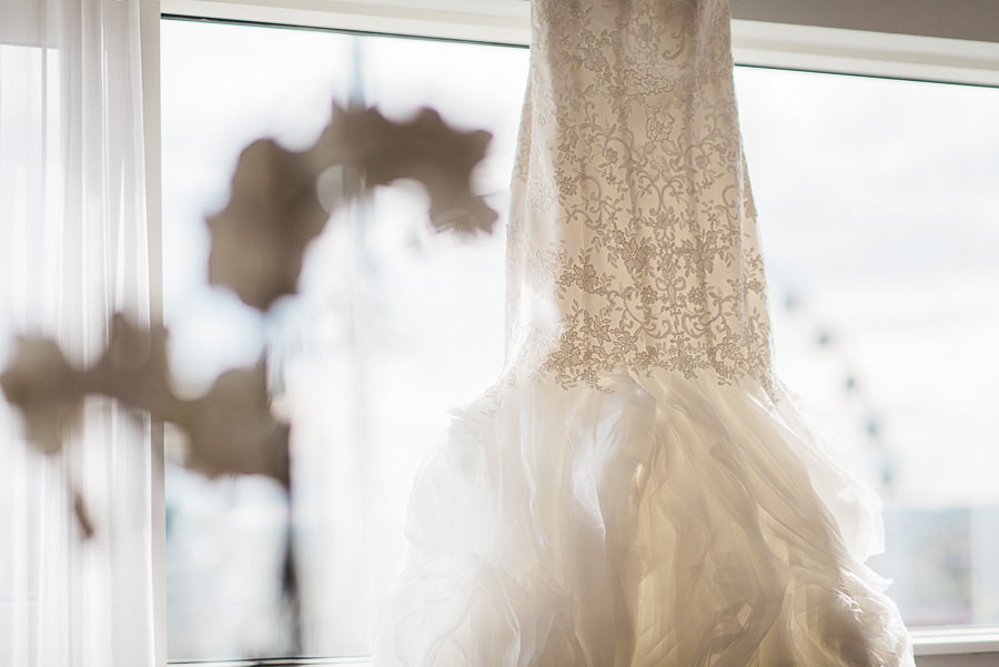 höstbröllop - brudens förberedelser på Gothia Tower Detaljer: klänning