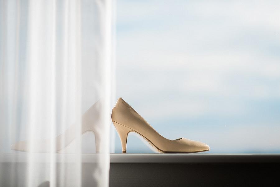 höstbröllop - brudens förberedelser på Gothia Tower Detaljer: skor