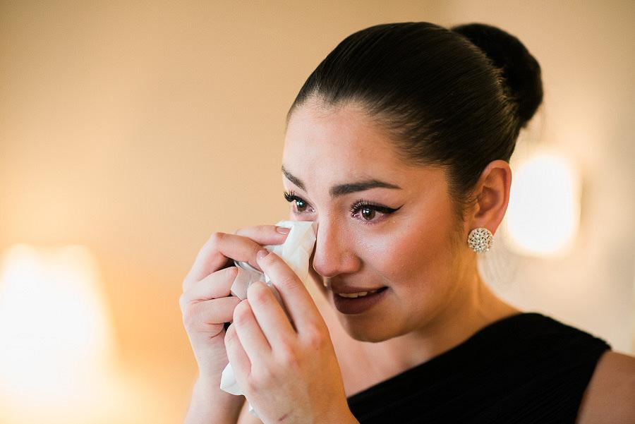 brudens förberedelser på hotellet - brudtärna gråter