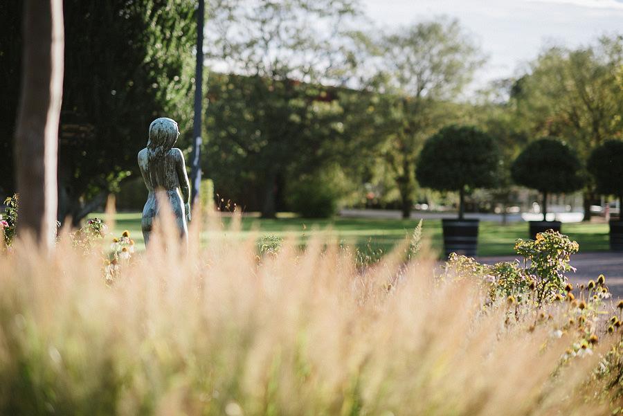 höstbröllop med utomhusvigsel i parken - miljöbild