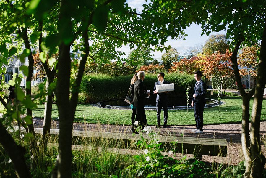 höstbröllop med utomhusvigsel i parken - miljöbild påsar med rosblad