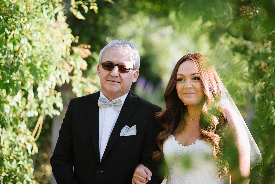 oktoberbröllop utomhus i parken - bruden med far
