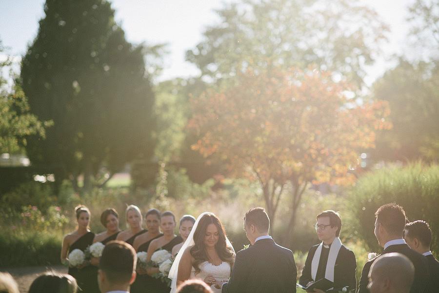oktoberbröllop utomhus i parken - vigsel i solnedgång