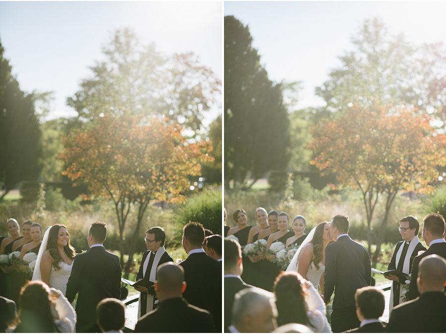 oktoberbröllop utomhus i parken - vigsel i solnedgång kyss
