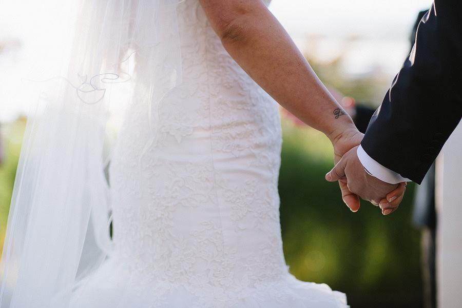 höstbröllop med utomhusvigsel i Trädgårdsföreningen - håller handen