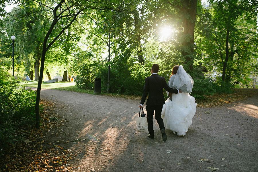 oktoberbröllop utomhus - porträtt brudparet promenerar