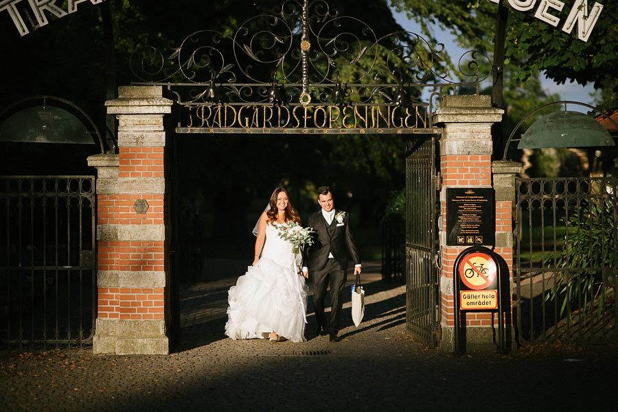bröllop i Trädgårdsföreningen Göteborg - Brudparet promenerar