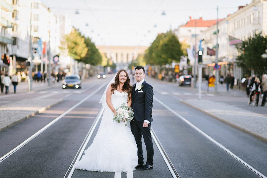 bröllop porträtt på Avenyn i Göteborg - brudpar på spårvagnsspår