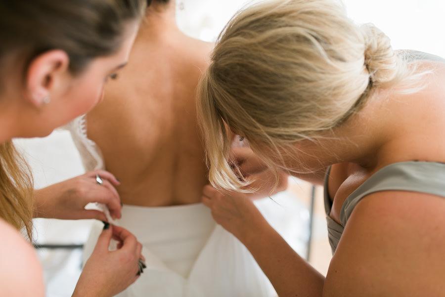 Oktoberbröllop på lekhuset vid Nääs Slott utanför Göteborg - brudens förberedelser