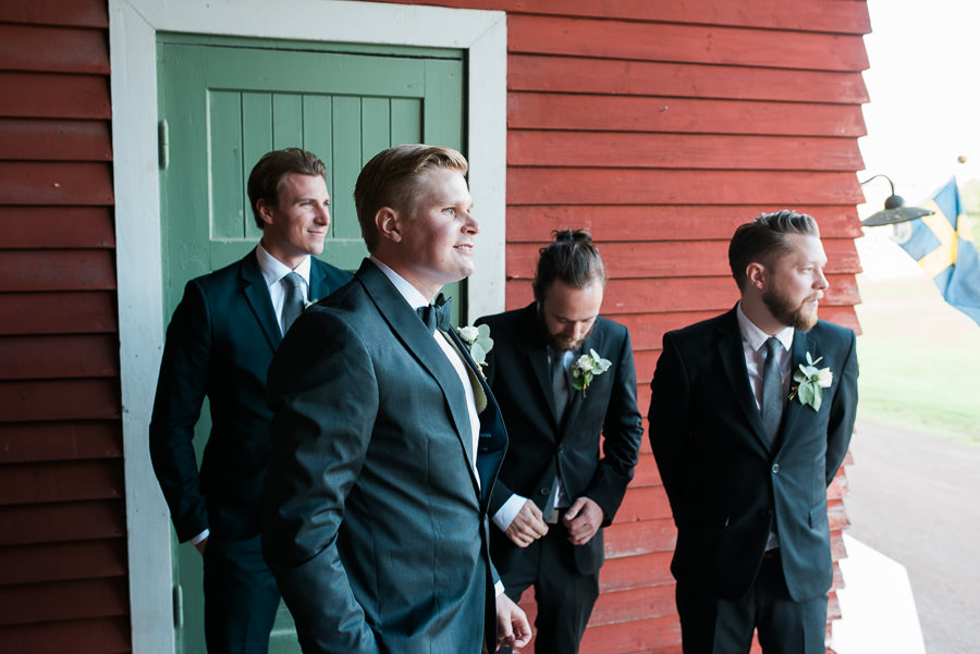 Lantligt bröllop på Nääs utanför Göteborg - Brudgummen väntar på bruden